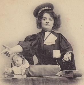 Femme Avocat cropped